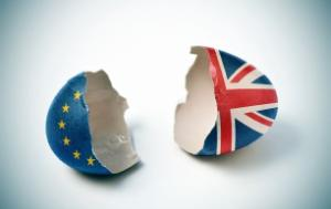 an egg split into two parts - one part with the EU flag and the other part with the UK flag