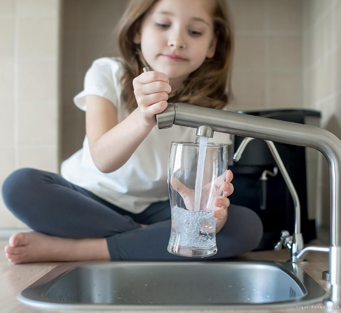 A child is holding a glass with tap water. ©AdobeStock/Igor