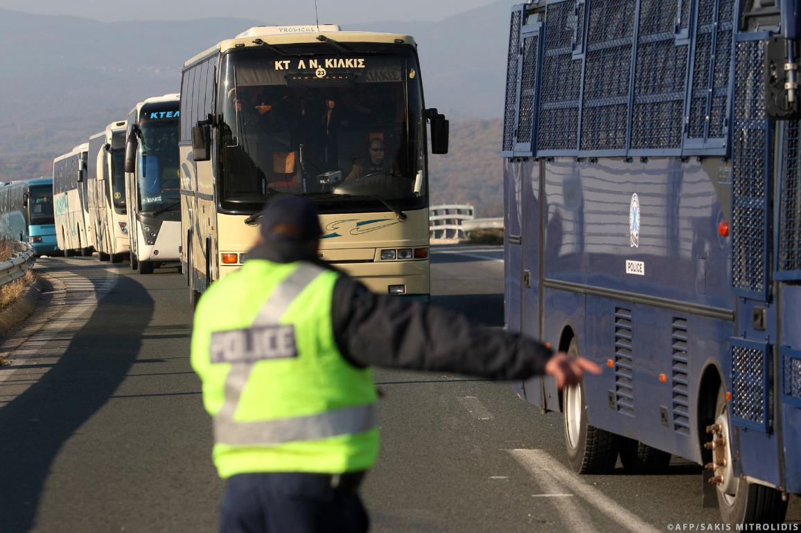 Greek police escort buses carrying migrants and refugees © SAKIS MITROLIDIS / AFP