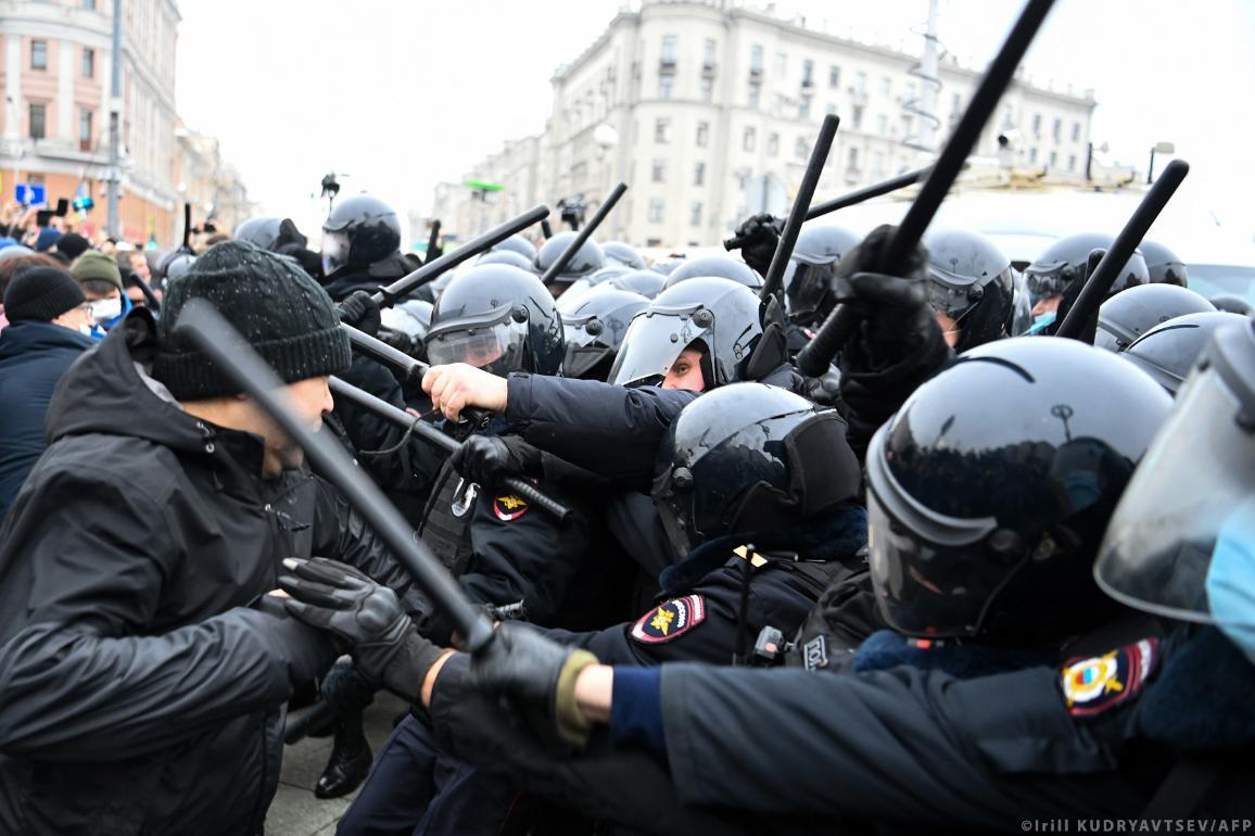 Demonstranten botsen met de politie tijdens een demonstratie ter ondersteuning van de gevangengenomen oppositieleider Alexei Navalny in het centrum van Moskou op 23 januari 2021.