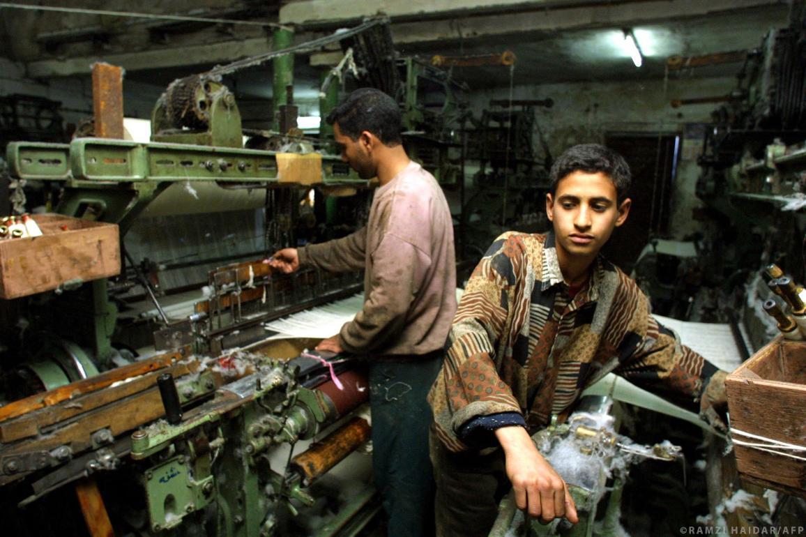 Ein archiviertes Foto aus dem Jahr 2002 zeigt ein zwölfjähriges Kind bei der Arbeit in einer Textilfabrik in Bagdad