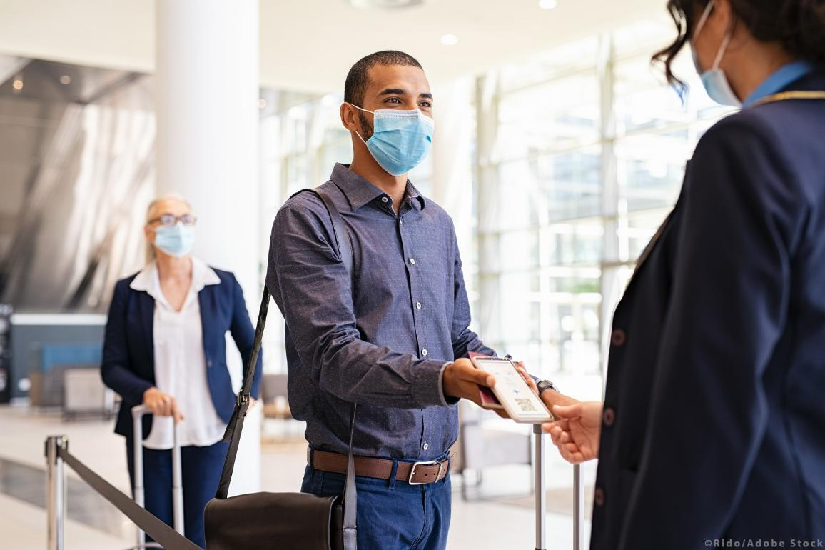 Passenger embarking on a plane during covid pandemic ©AdobeStock_Rido