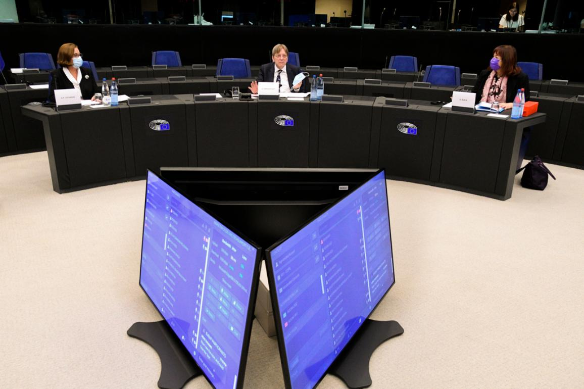 Regulamentul de procedură al conferinței, adoptat la 9 mai, stabilește componența sesiunii plenare și metodele sale de lucru