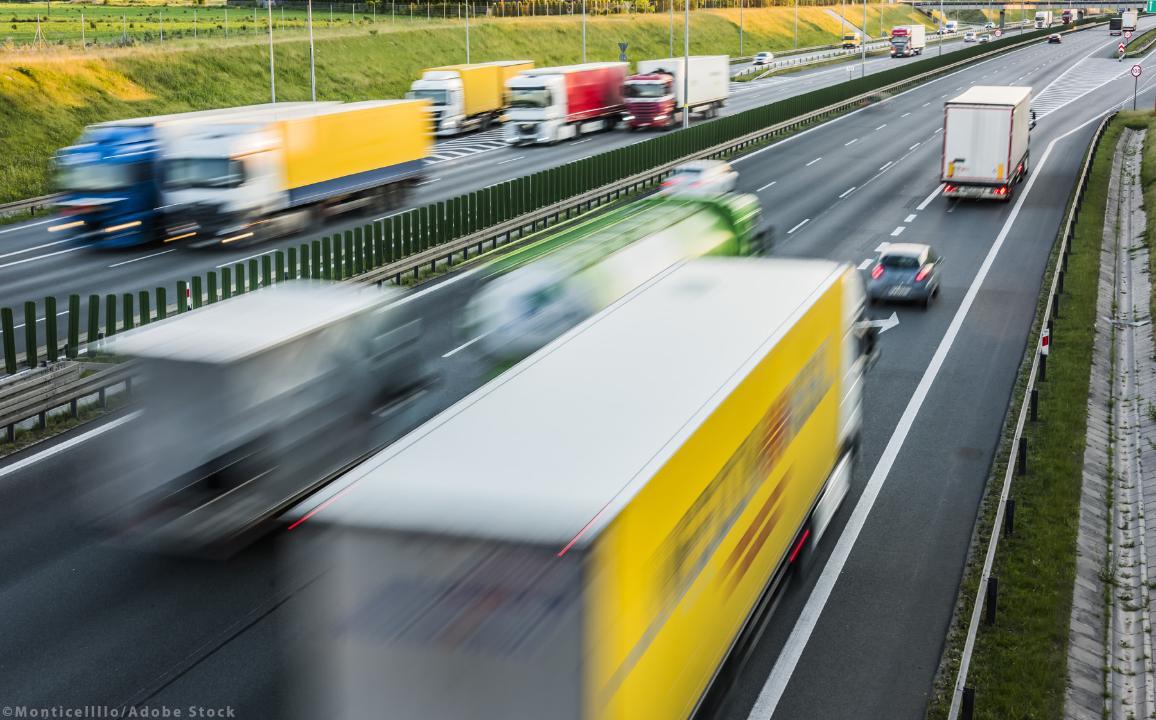Teherautók hat sávos ellenőrzött hozzáférésű autópályán Lengyelországban ©AdobeStock_monticellllo