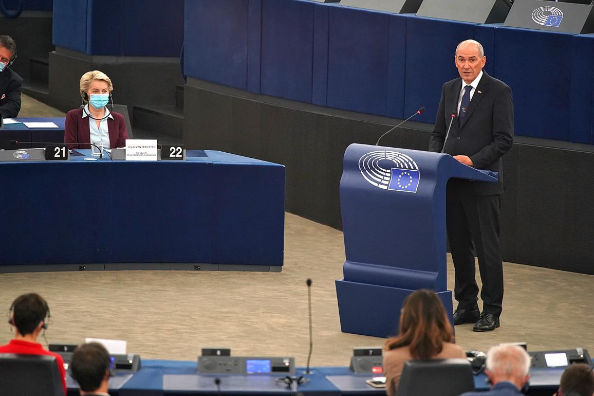 Словенският министър-председател Янез Янша говори в пленарната зала на Европейския парламент на 6 юли