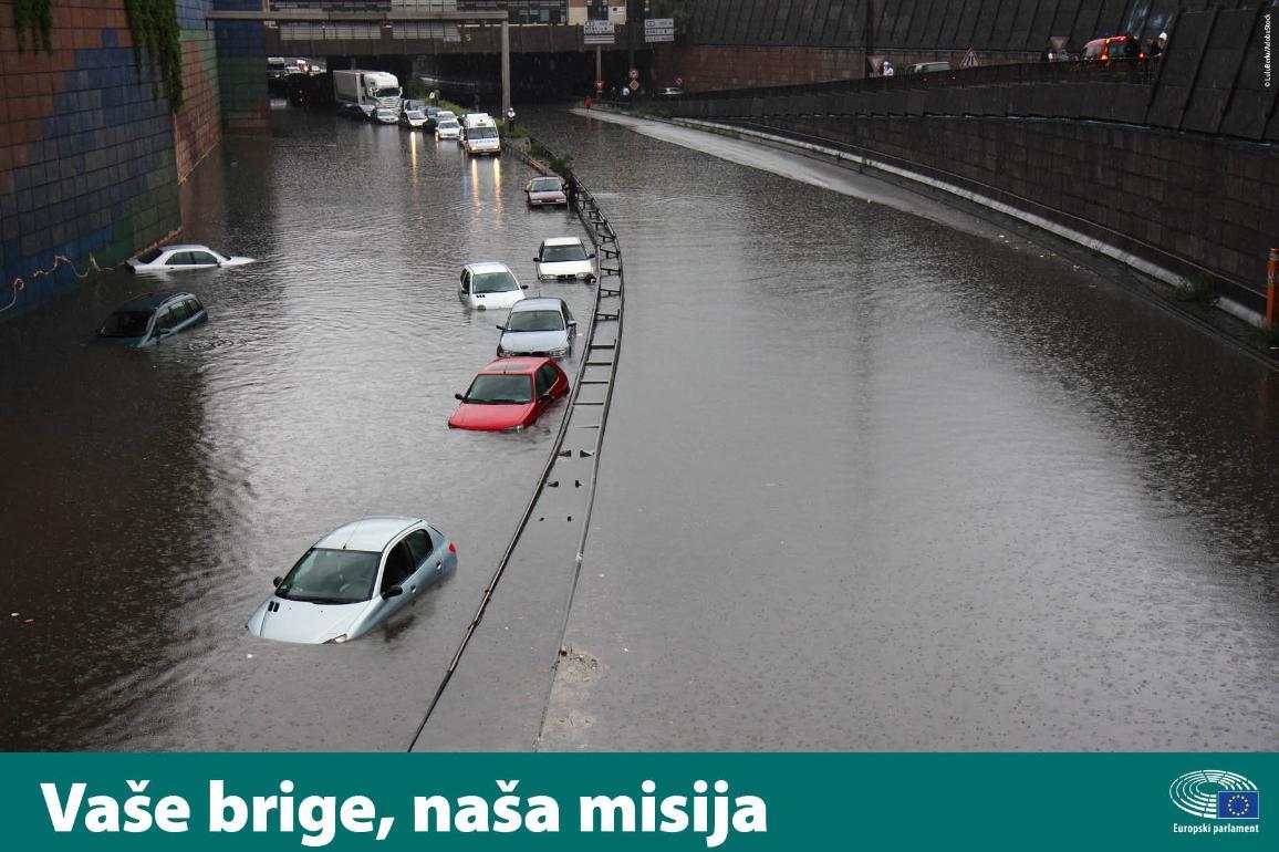 Automobili na cesti djelomično pod vodom
