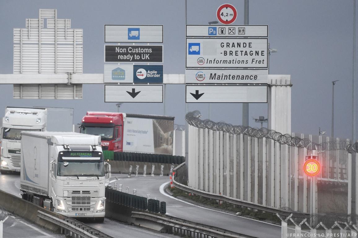 Vrachtwagens die aankomen in Calais