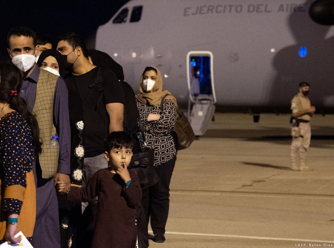 Egy csoport afgán várakozik, miután leszálltak arról a repülőgépről, amely a még Afganisztánban maradt spanyolokat és a velük együttműködő afgánokat és családjaikat szállította. © Belen Diaz / AFP