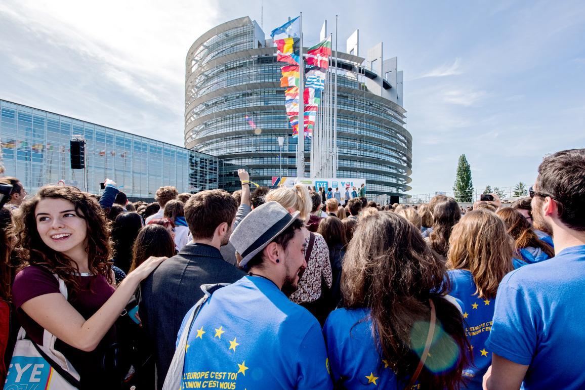 Witamy na EYE: młodzi ludzie gromadzą się przed Parlamentem Europejskim w Strasburgu